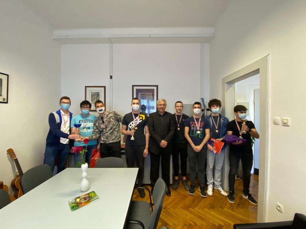 Nagrađeni učenici koji su sudjelovali na MAT i ATOM ligama na prijemu kod ravnatelja